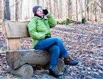 Kobieta target164_0_ na telefonie w parku Obrazy Stock