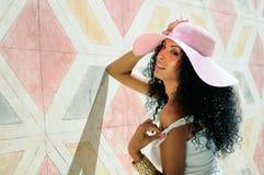 Kobieta target234_0_ sukni i słońca kapelusz, fryzura Zdjęcia Royalty Free