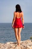 Kobieta target351_0_ przy morze Fotografia Royalty Free