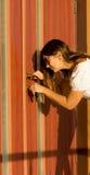 Kobieta target546_1_ dzwi wejściowe z kluczem Obrazy Royalty Free