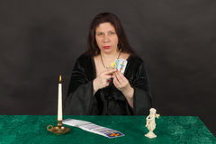 Kobieta tarot czytelniczymi kartami jest Fotografia Stock