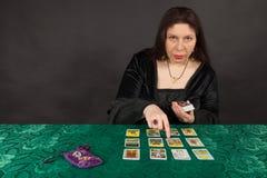 Kobieta tarot czytelniczymi kartami jest Obraz Royalty Free