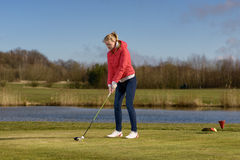Kobieta teeing daleko przy polem golfowym obrazy stock