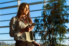 Kobieta texting telefon i używa przed dostawać na samolocie Zdjęcia Stock