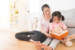 Kobieta towarzyszy dzieci czyta opowieści książkę Zdjęcia Stock