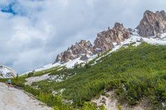 Kobieta trailrunning w górach dolomitów val gardena, Włochy Zdjęcie Stock