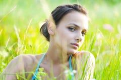 kobieta trawy Zdjęcia Royalty Free