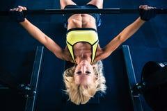 Kobieta trening z barbell na ławce Fotografia Royalty Free