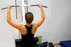 Kobieta trening z lat pulldown przy gym Obrazy Royalty Free