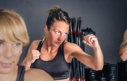 Kobieta trenuje ciężkiego boks w gym Zdjęcia Royalty Free