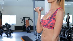 Kobieta trenuje jej bicepses przy gym zbiory wideo