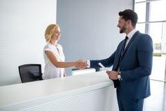 Kobieta trząść ręki z partnerem biznesowym Zdjęcia Royalty Free