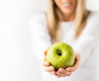 Kobieta trzyma świeżego zielonego jabłka zdjęcia stock
