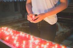 Kobieta trzyma świeczkę zdjęcie royalty free