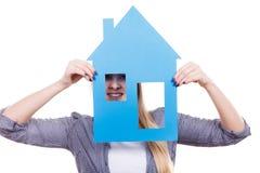 Kobieta trzyma błękitnego papieru domu modela wycinankę Obraz Royalty Free