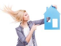 Kobieta trzyma błękitnego papieru domu modela wycinankę Fotografia Stock