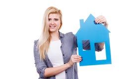 Kobieta trzyma błękitnego papieru domu modela wycinankę Zdjęcie Royalty Free