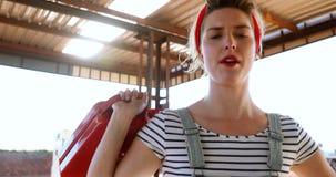 Kobieta trzyma benzynę może przy dystrybutorem paliwowa 4k zbiory