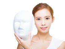 Kobieta trzyma biel maskę dla skincare pojęcia Fotografia Royalty Free