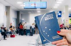 Kobieta trzyma Brazylijskiego paszport gotowy stać w kolejce wsiadać samolot fotografia royalty free