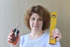 kobieta trzyma budów narzędzia Fotografia Stock