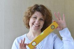 kobieta trzyma budów narzędzia Zdjęcie Royalty Free
