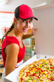 Kobieta trzyma całą pizzę w ręce Obraz Stock