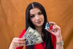 Kobieta trzyma dolary i układy scalonych obraz royalty free