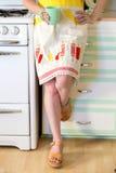 Kobieta trzyma filiżankę w retro kuchni zdjęcia stock