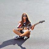 Kobieta trzyma gitarę Obraz Royalty Free