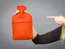 Kobieta trzyma gorącej wody butelkę w czerwonej runo pokrywie Zdjęcie Royalty Free