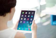 Kobieta trzyma Jabłczanego iPad powietrze Fotografia Royalty Free