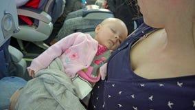 Kobieta trzyma jej dziecka na samolocie zdjęcie wideo