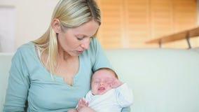 Kobieta trzyma jej dziecka w ona ręki zdjęcie wideo