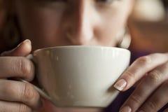 Kobieta Trzyma Jej ranek filiżankę kawy Fotografia Royalty Free