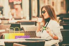 Kobieta trzyma kartę w jej ręce Fotografia Stock