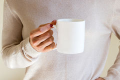 Kobieta trzyma kawowego kubek, projektująca akcyjna mockup fotografia Fotografia Royalty Free