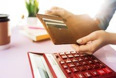 Kobieta trzyma kiesy, kredytowej karty w rękach i cyrklowania koszty Obrazy Royalty Free
