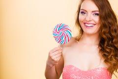 Kobieta trzyma kolorowego lizaka cukierek w ręce Obraz Stock
