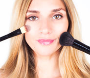 Kobieta trzyma kosmetycznych muśnięcia Makijaż Obrazy Royalty Free
