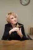 Kobieta trzyma krasnoludka lampowy Fotografia Royalty Free