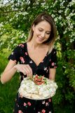 Kobieta trzyma kremowego kulebiaka przy plenerowym obraz stock