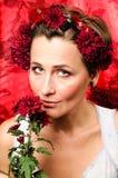 Kobieta trzyma kwiatu Obrazy Stock