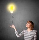 Kobieta trzyma lightbulb balon zdjęcie royalty free