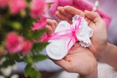 Kobieta trzyma malutkie skarpety w jej nands Obrazy Royalty Free