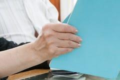 Kobieta trzyma menu w ręce Obraz Royalty Free