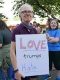 Kobieta trzyma ` miłości atutów nienawiści ` znaka przy politycznym wiecem Zdjęcie Stock