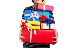 Kobieta trzyma mnóstwo Bożenarodzeniowych, urodziny, rocznic prezenty/ Zdjęcie Stock