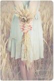 Kobieta trzyma niektóre kukurudza kolce Zdjęcie Stock