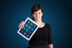 Kobieta trzyma nowożytną pastylkę z kolorowymi ikonami Fotografia Royalty Free